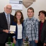 Familie Dingeldey mit der Ehrenpreis-Plakette