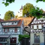 Blick vom Zwingenberger Marktplatz auf die evangelische Bergkirche